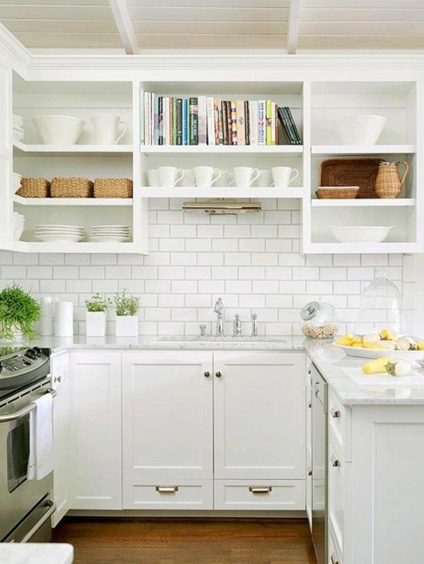 spritzschutz küche fliesenspiegel küchenfliesen weiß küchenschränke regale