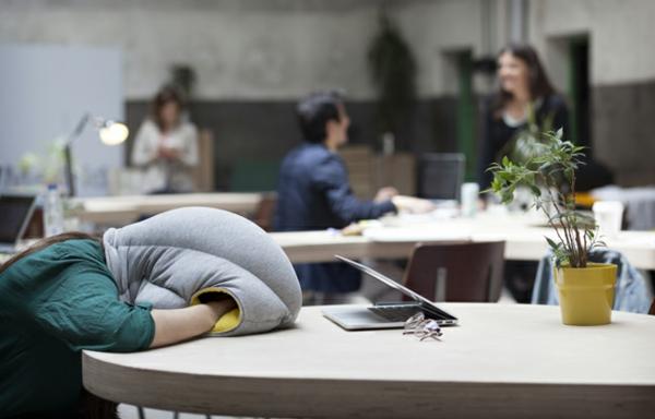 studio banana things ostrich pillow reisekissen