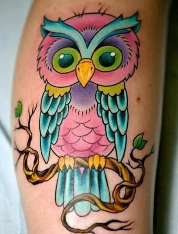tattoo farbe farbige eule auf zweig lila rosa türkis