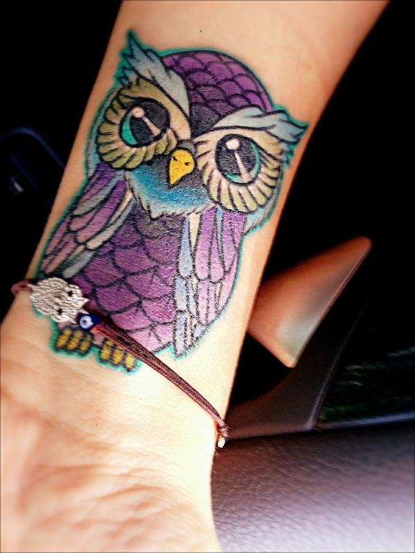 tattoo farbe farbige eule lila türkis konturen
