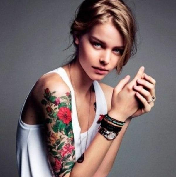 tattoo farbe oberarm tattoo blumen bunt rot