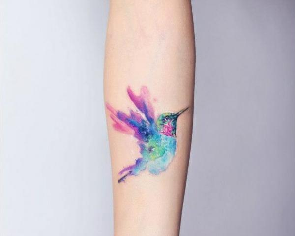 tattoo farbe unterarm tattoo vogel kunterbunt