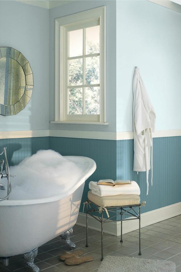 wandfarbe badezimmer blau hell pastelltöne freistehende badewanne