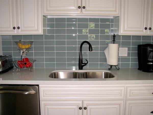 wandfliesen k 252 che die r 252 ckwand spielt eine wichtige rolle small kitchen design and decoration with light grey