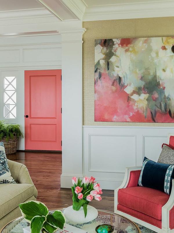 wandgestaltung wohnzimmer wandgemälde polstersessel tür lachsrot farbideen