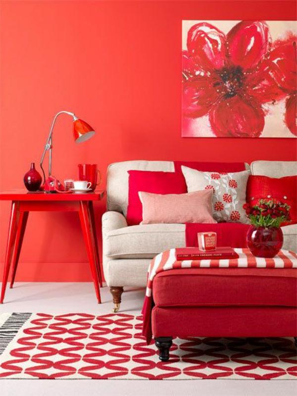 wohnzimmer farbideen rote wand gemusterter teppich