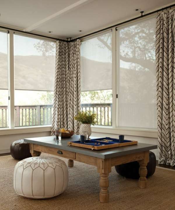 wohnzimmer modern einrichten couchtisch holz leder sitzkissen vorhänge chevron muster