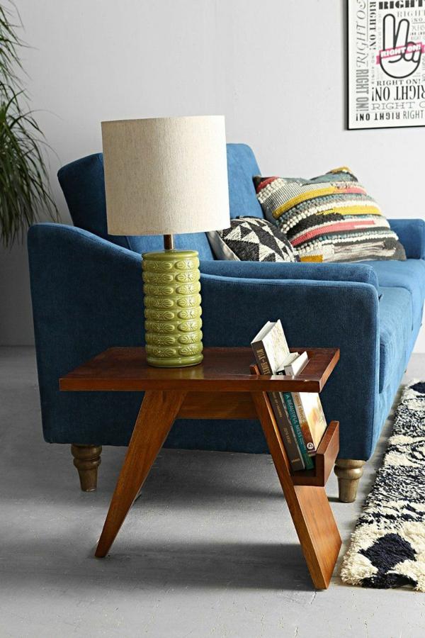 wohnzimmerlampen holz:Origineller und praktischer Beistelltisch und eine Stehlampe drauf