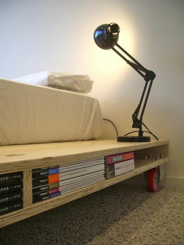 Betten Holzpaletten bettgestell regale bücher