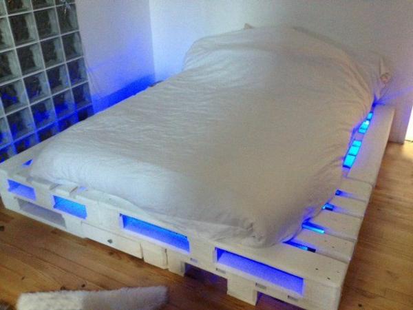 Betten aus Holzpaletten blau beleuchtet