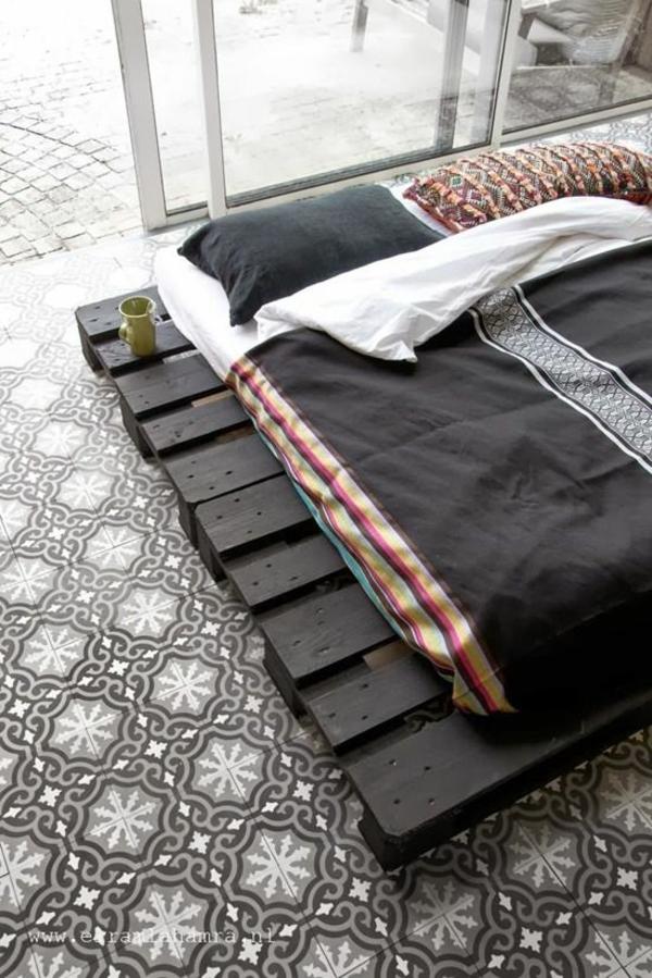 DIY Betten aus Holzpaletten schwarz bemalt