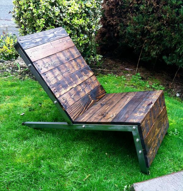 DIY Möbel aus alten Paletten dunkel bemalt liege