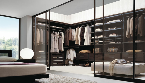 eine glast r verband man hier den kleiderschrank mit dem schlafzimmer. Black Bedroom Furniture Sets. Home Design Ideas