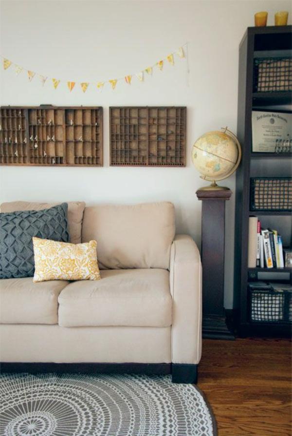 girlande gelb erdkugel Wandregale Braun sofa teppich