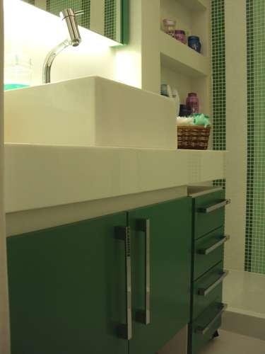 badezimmer wandgestaltung grün fliesen waschbecken unterschrank