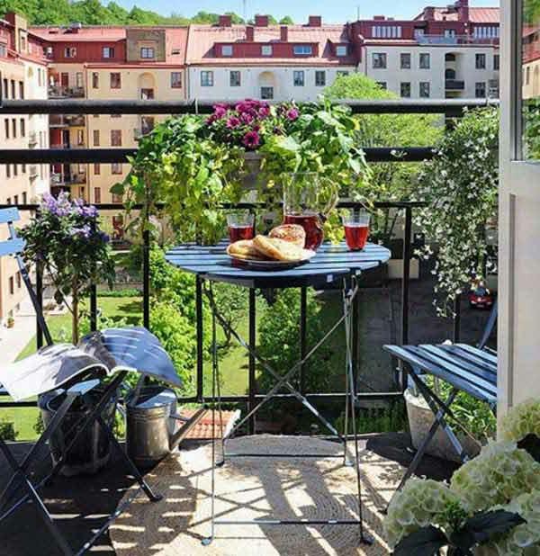 balkon bepflanzen blechgießkannen