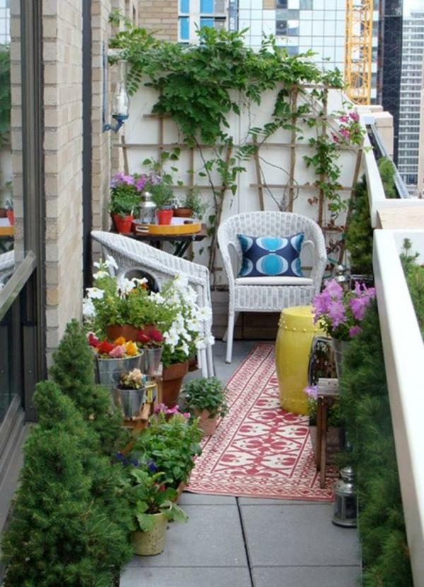 balkon pflanzen blechtöpfe rattan stühle