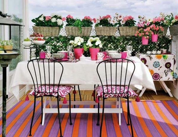 balkon bepflanzen geflochtene körbe metallene stühle
