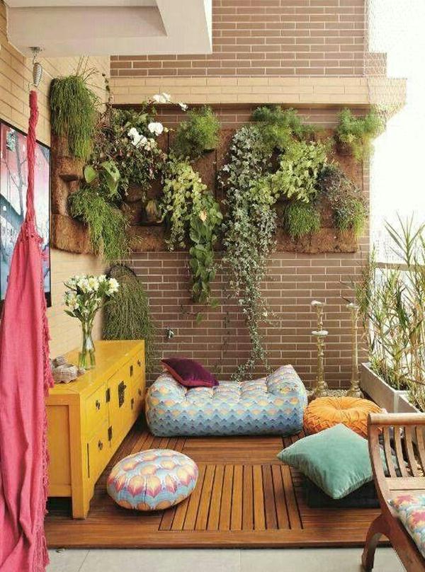 balkon bepflanzen sitzkissen vertikaler garten grünpflanzen