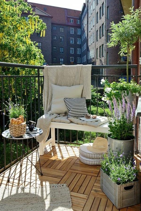 balkongestaltung ideen holzfliesen verlegen balkonmöbel balkonpflanzen