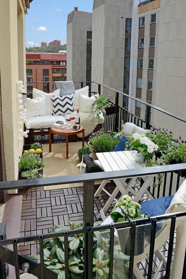 balkongestaltung ideen holzfliesen verlegen balkonmöbel