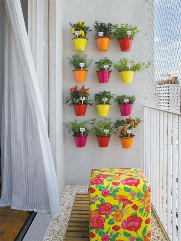 balkongestaltung ideen platzsparende balkonmöbel hocker balkonpflanzen