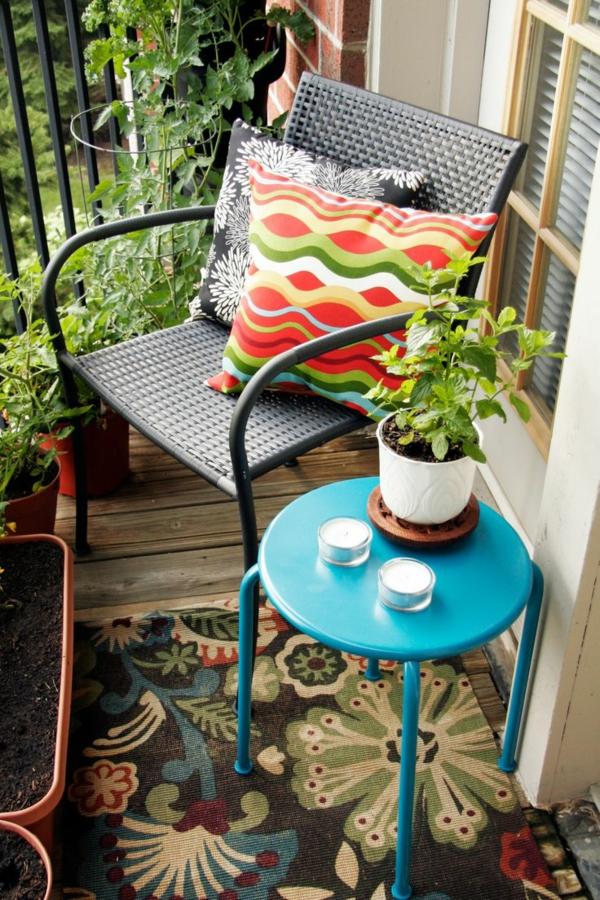 balkongestaltung-platzsparende-balkonmöbel-beistelltisch-rund-stuhl-balkonpflanzen