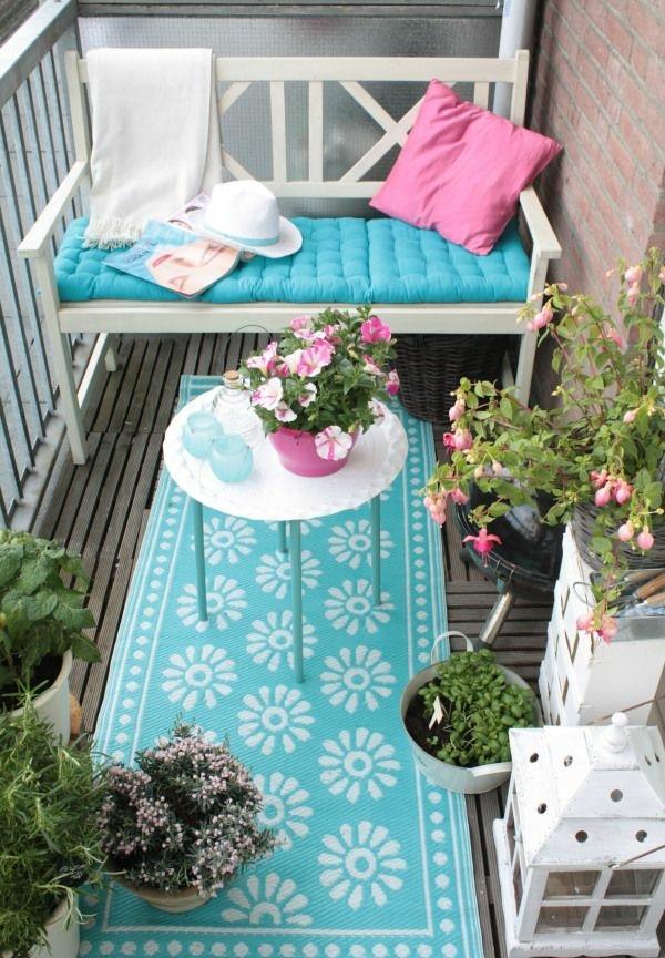 balkonideen balkonmöbel set holzbank holzfliesen couchtisch rund