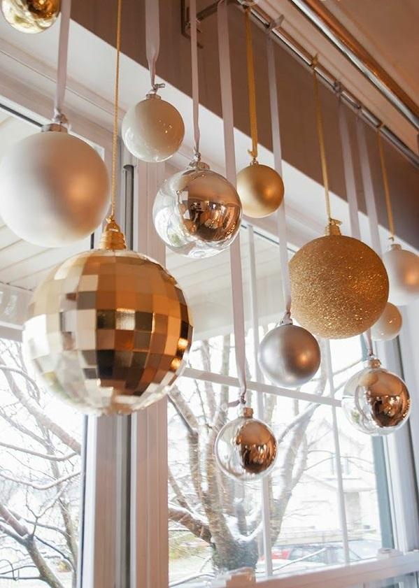 Weihnachtsdeko golden kugel basteln ideen Fenster