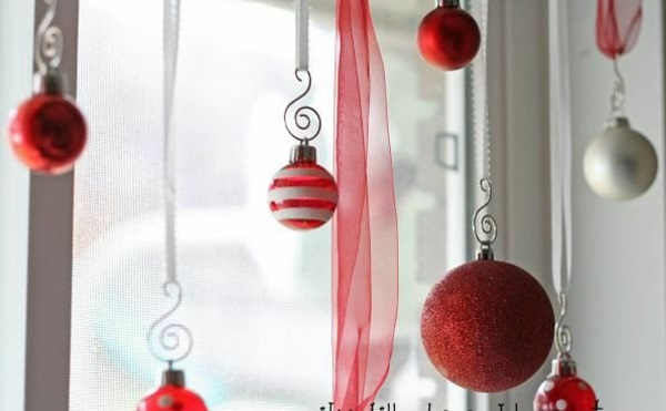 bastelideen Fenster Weihnachtsdeko rot kugel
