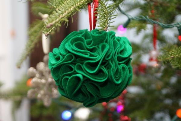 bastelideen weihnachten weichnachtskugel filz