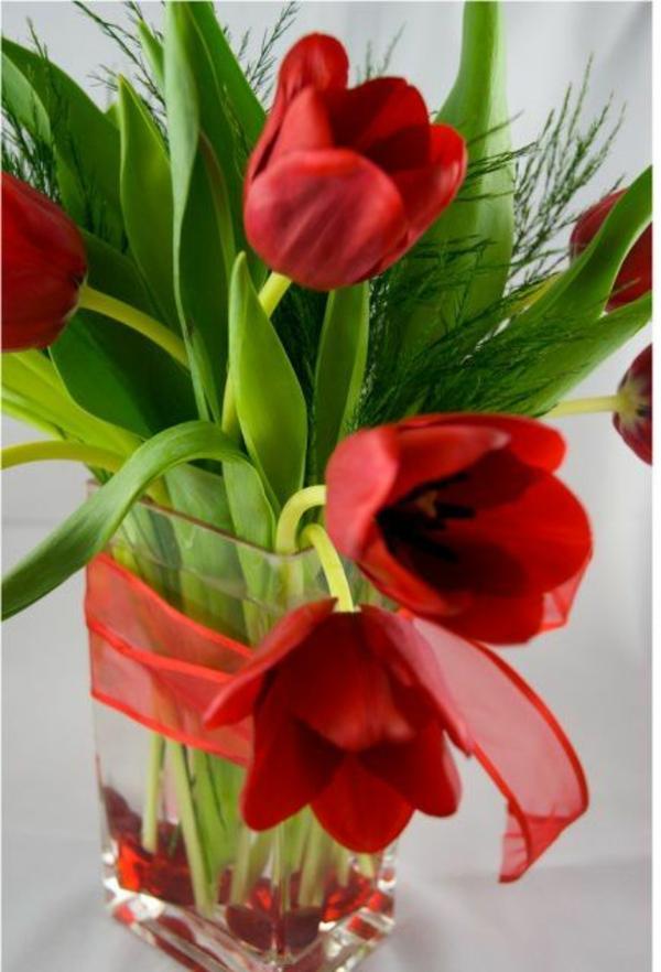 blumen arrangieren tischdeko ideen mit tulpen rot schleife