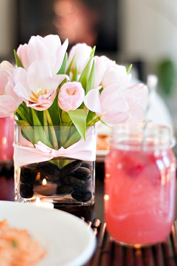 blumengestecke selber machen tischdeko mit tulpen in rosa
