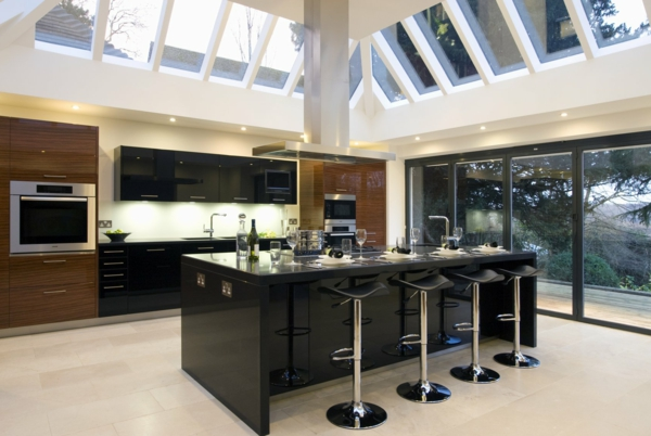 einbauküchen deckenfenster schwarze kücheninsel