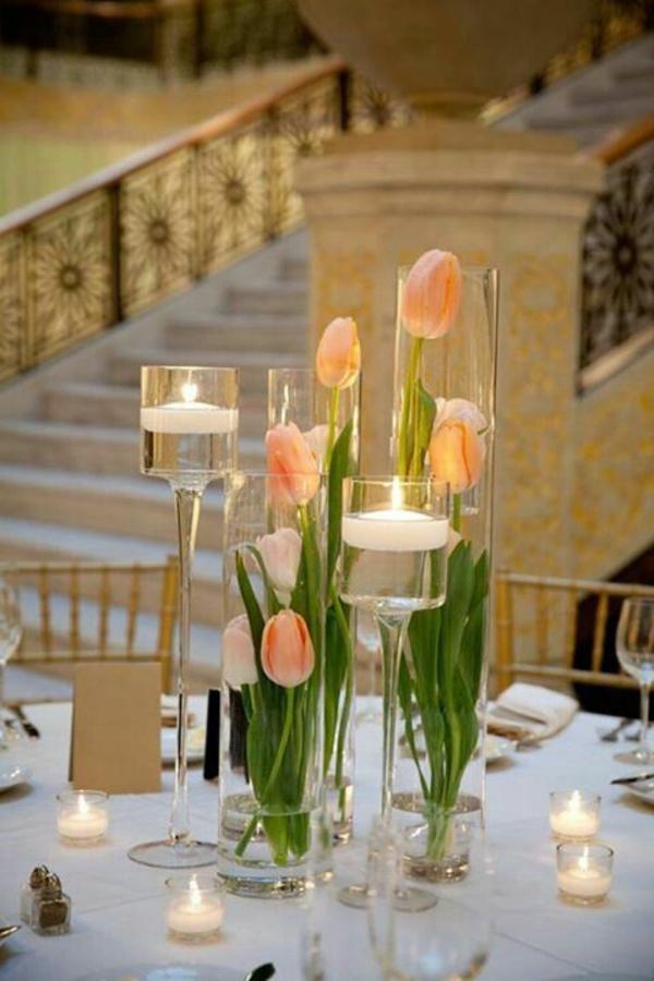 elegante tischdeko mit tulpen kerzen glasvasen voll wasser
