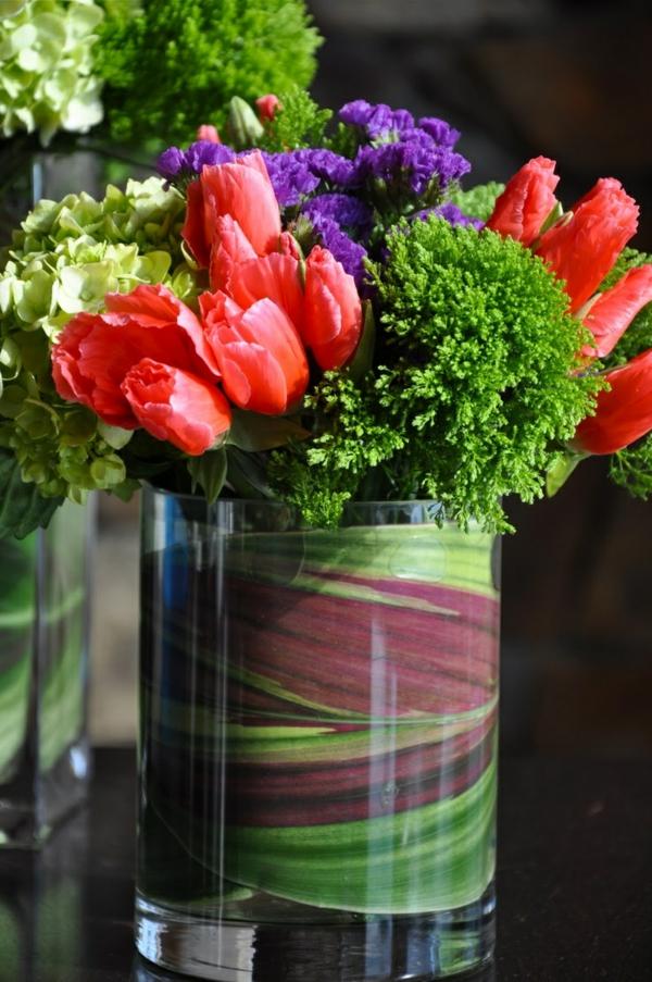 elegante tischdeko mit tulpen rot blumen arrangieren