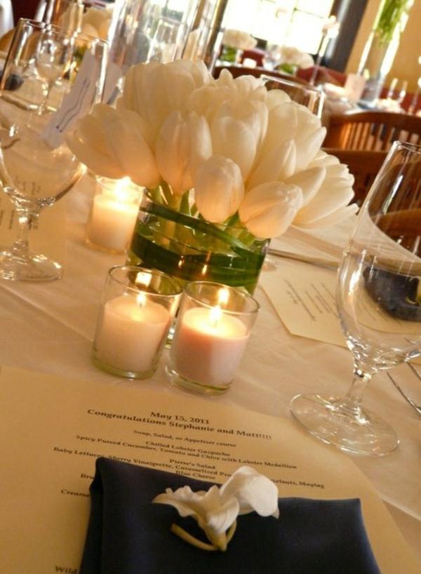 elegante tischdeko mit tulpen weiß glasvase kerzen