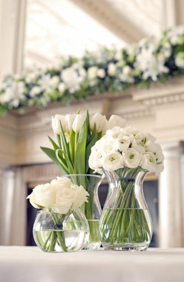 elegante tischdeko mit tulpen weiße rosen und tulpen