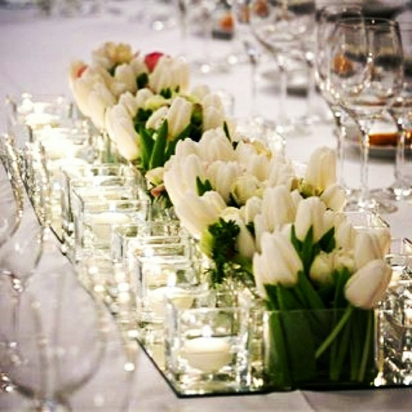 elegante tischdeko mit tulpen weiße tulpen in vasen