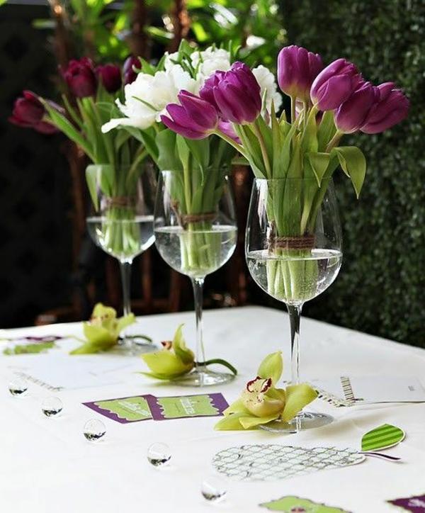 elegante tischdeko mit tulpen weingläser blumengestecke selber machen
