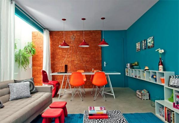 esszimmertisch mit stühlen pendelleuchten esszimmer ziegelwand wandfarbe blau