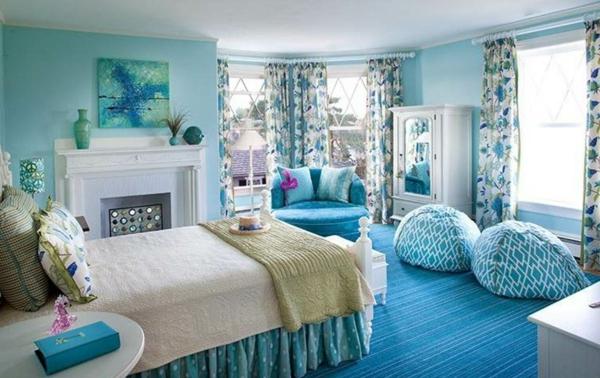 farbideen wohnzimmer türkis weiße bettdecke