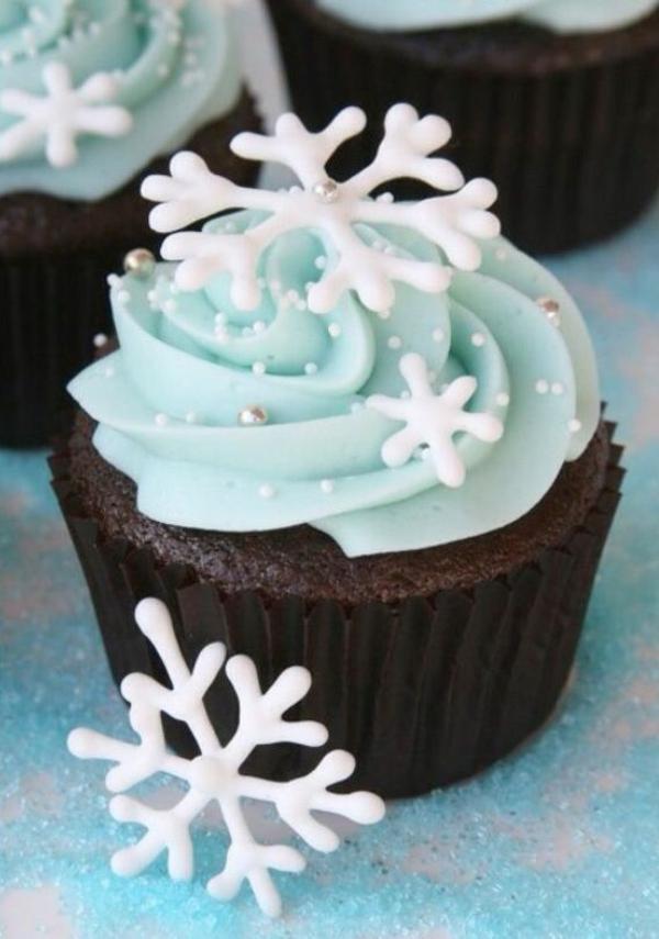 festliche tischdeko blau weihnachten einfache plätzchen backen muffins