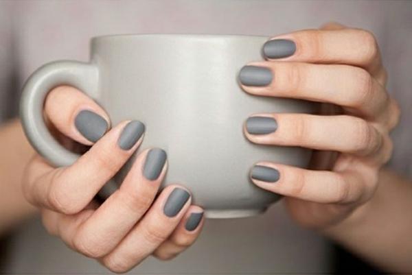 fingernägel bilder einfarbig schlichte nägel matt grau tasse