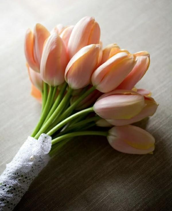 frühlingsblumen tischdeko ideen mit tulpen blumenstrauß
