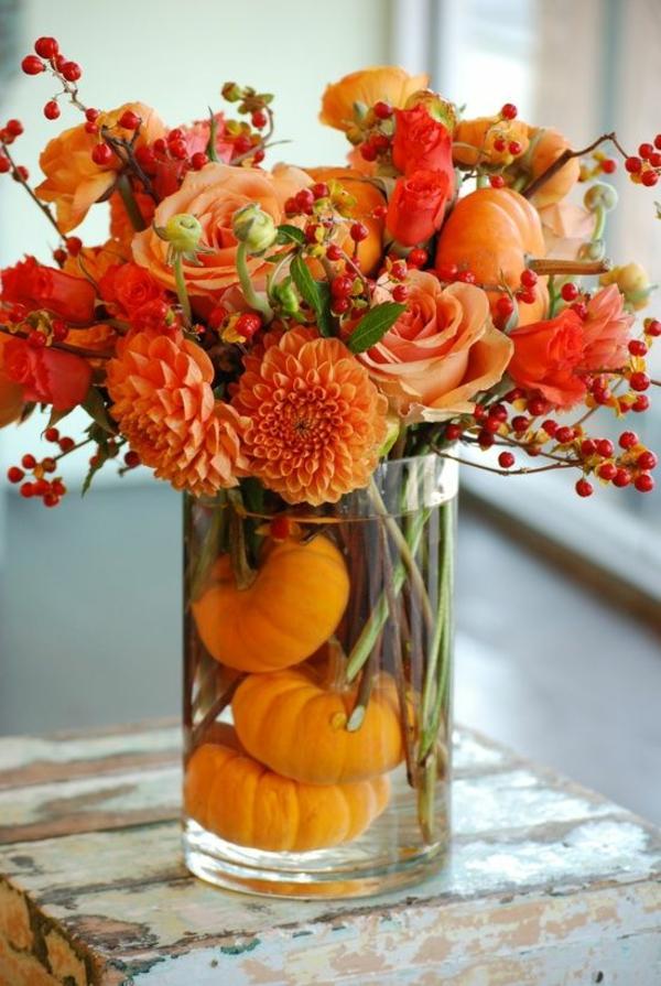 Herbstblumen als dekorative blumenarrangements