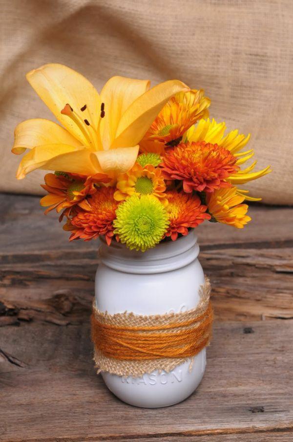 balkon herbstblumen vase weiß seil verzieren