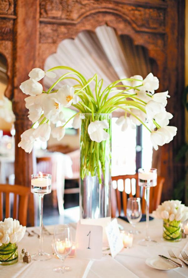 hochzeitsdeko ideen festliche tischdekoration mit tulpen in weiß
