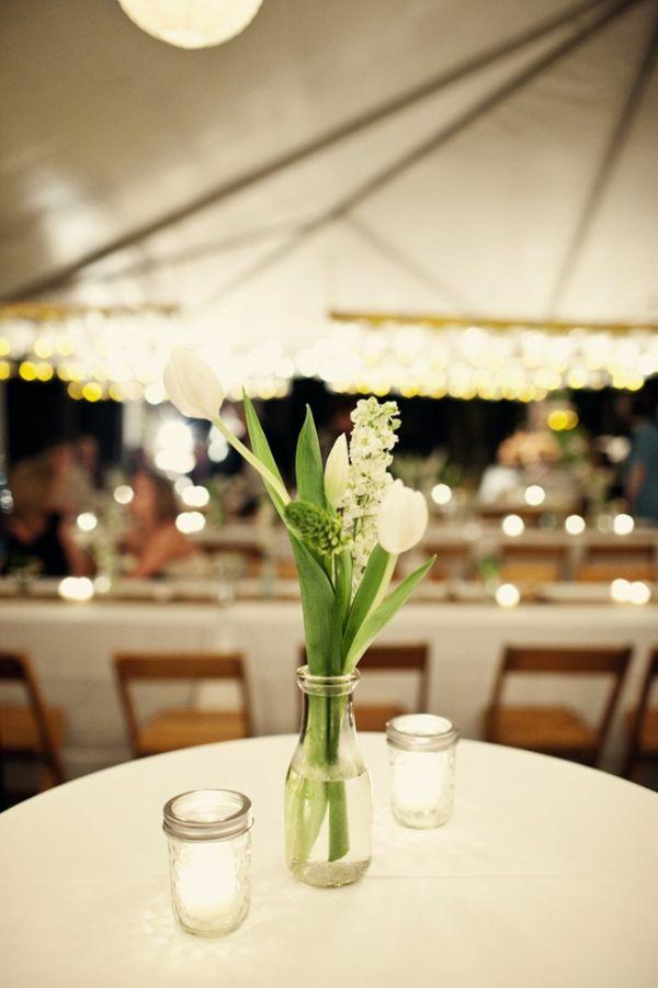 hochzeitsdeko ideen tischdeko mit tulpen in weiß
