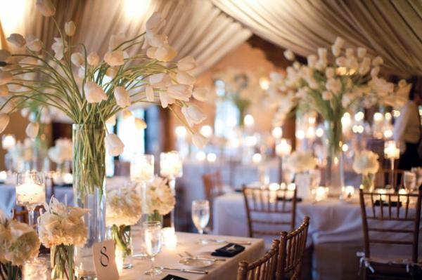 hochzeitsdeko ideen tischdeko mit tulpen weiß